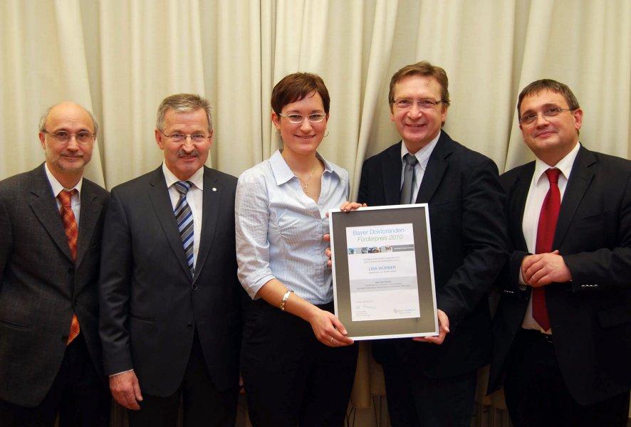 Übergabe der Stipendiums-Urkunde: Dr. Martin Diener, Ernst Brenner, Lisa Würner, Prof. Dr. Andreas Moritz, Prof. Dr. Martin Kramer (Dekan)