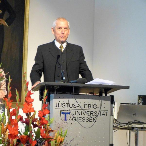 Prof. Dr. Martin S. Fischer von der Uni Jena wurde vom Fachbereich Veterinärmedizin der Uni Gießen die Ehrendoktorwürde verliehen.