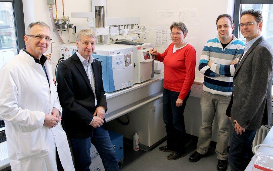 Prof. Dr. Stefan A. Wudy, Prof. Dr. Martin Bergmann, Dr. Michaela Hartmann, Alberto Sanchez-Guijo (MA), und Prof. Dr. Joachim Geyer (v.l.) mit dem neuen Gaschromatographie-Tandemmassenspektrometer.