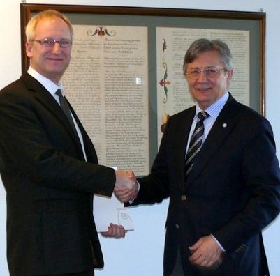 Prof. Dr. Runge und Prof. Dr. Dr. h. c. mult. Greif bei der Urkundenübergabe