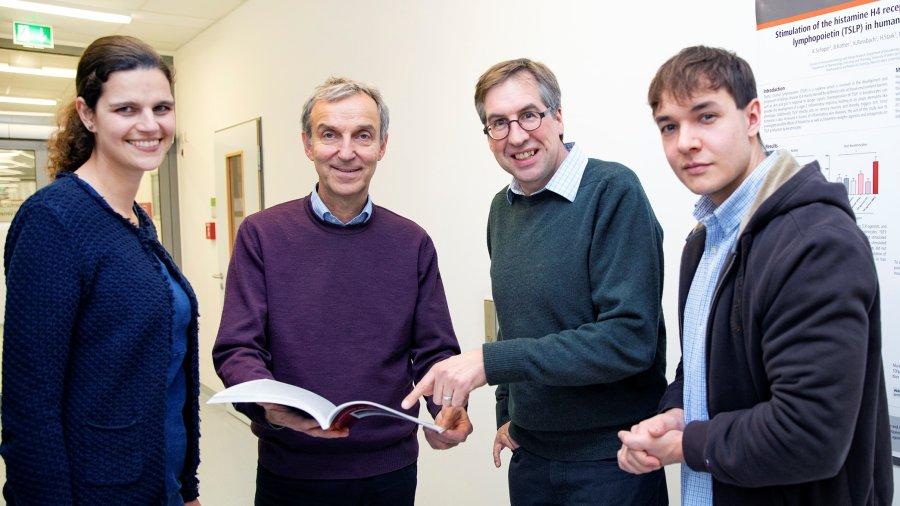 Dr. Kristine Roßbach (TiHo), Professor Dr. Thomas Werfel (MHH), Professor Dr. Wolfgang Bäumer (ehemals TiHo, jetzt Freie Universität Berlin) und Gustav Gerd Bruer (TiHo).