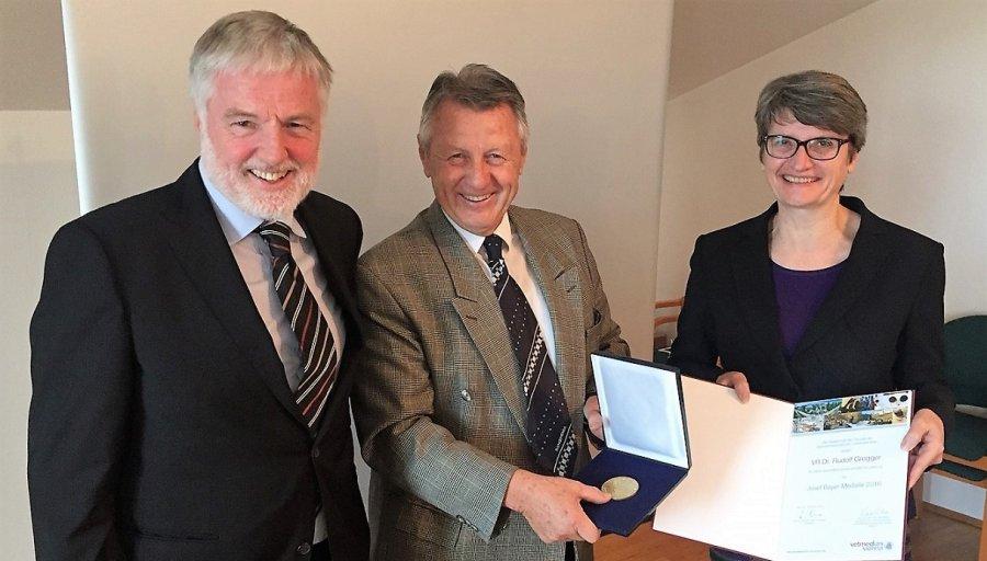 VR Dr. Rudolf Grogger erhält die Auszeichnung aus den Händen von Dr. Werner Frantsits und Univ.-Prof. Dr. Petra Winter
