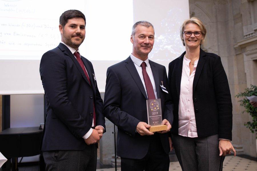 Fabian Schäfer und Werner Kloas vom IGB nehmen den Ralf-Dahrendorf-Preis von Bundesministerin Anja Karliczek entgegen (von links nach rechts)
