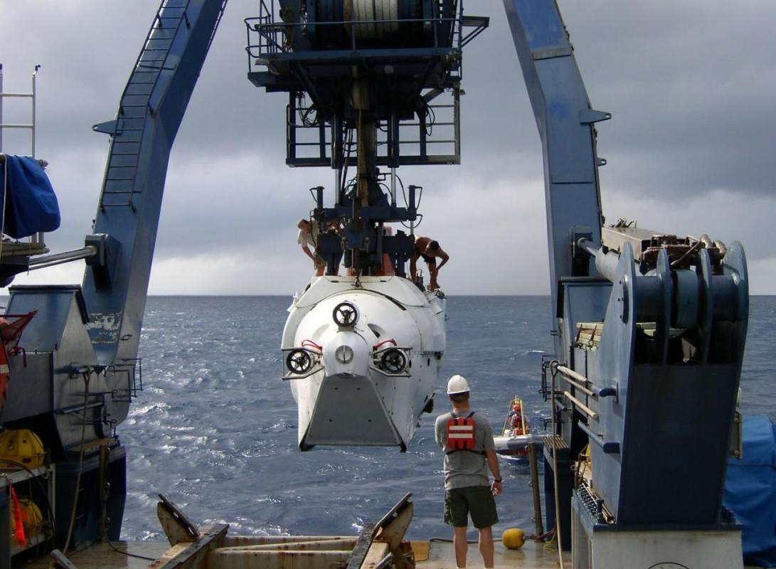 Das Tiefsee-Tauchboot ALVIN wird zu Wasser gelassen
