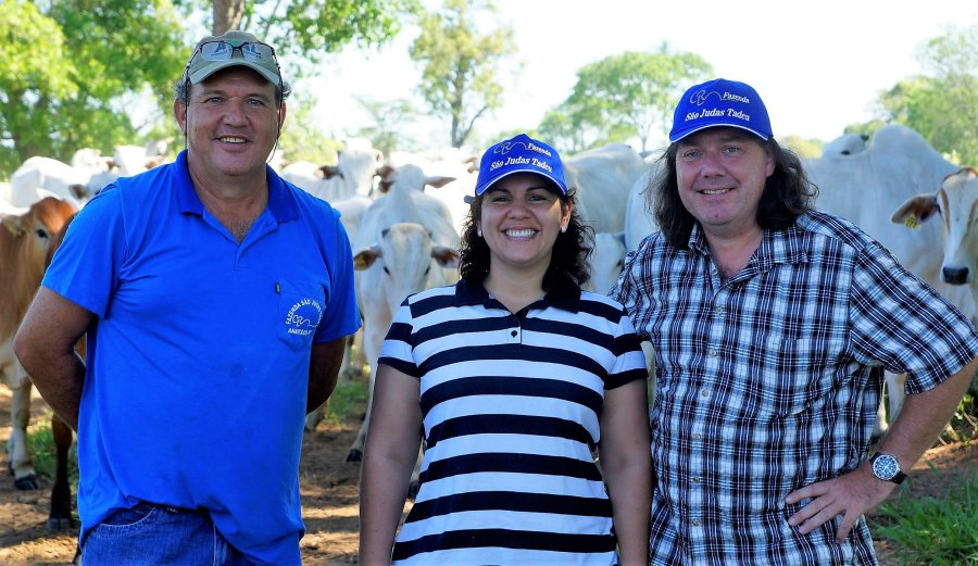 Partner in Brasilien - Landwirt Cláudio Zotesso (li.) mit Prof. Dr. Fabiana de Andrade Melo Sterza und Dr. Ralf Pöhland auf einer Rinderfarm.