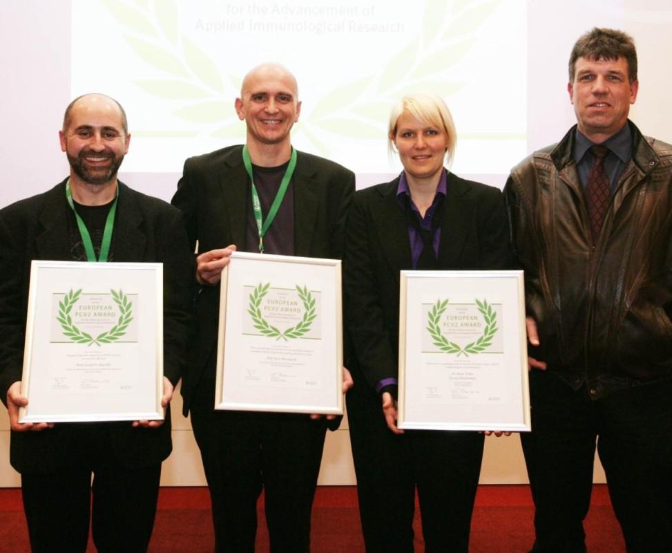 v.l.: Prof. Joaquim Segalés, Prof. Hans Nauwynck und Danja Wiederkehr zusammen mit Dr. Xaver Sidler