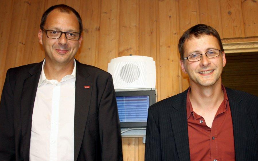 Wollen mehr Tierwohl im Stall realisieren - Tino Hülsenbeck (li.) von der pironex GmbH und Dr. Christian Manteuffel in der Experimentalanlage Schwein