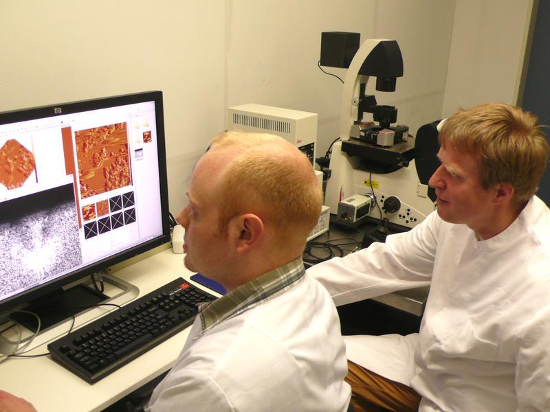 Privatdozent Dr. Markus Bischoff (rechts) zusammen mit seinem Mitarbeiter, dem Diplombiologen Philipp Jung, am Rasterkraft-Mikroskop