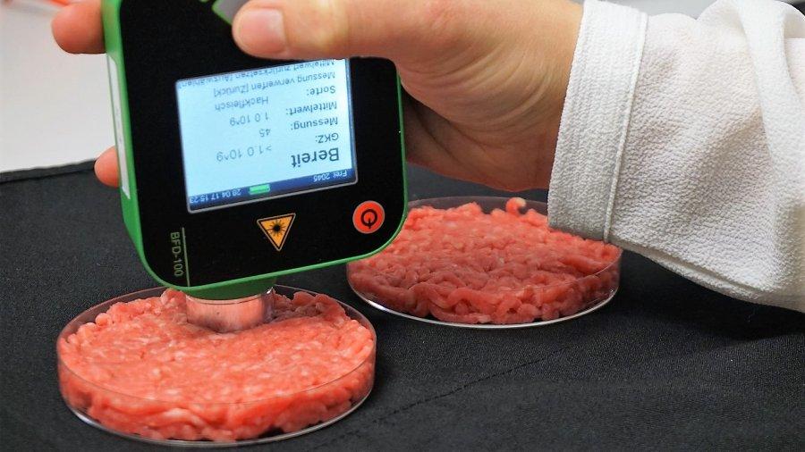 Das mobile Analysegerät ermittelt innerhalb weniger Sekunden die Keimzahl an der Fleischoberfläche.