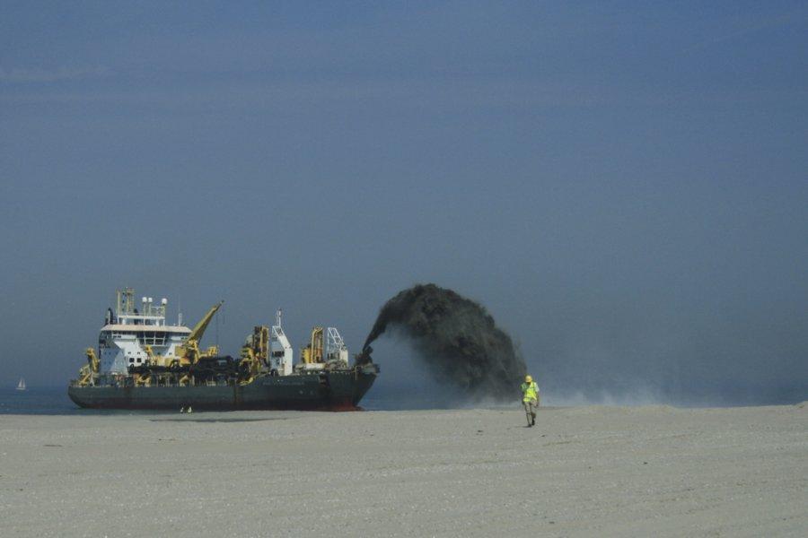Spülschiff bei der Anlandung von Meeressediment zur Entstehung der 'Maasvlakte 2' � Fundstelle der untersuchten Primaten-Fossilien.