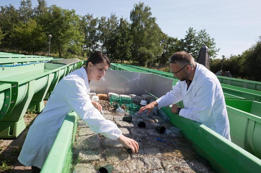 Die Forscher bei der Analyse der Auslaugung von Plastik durch Sonneneinstrahlung