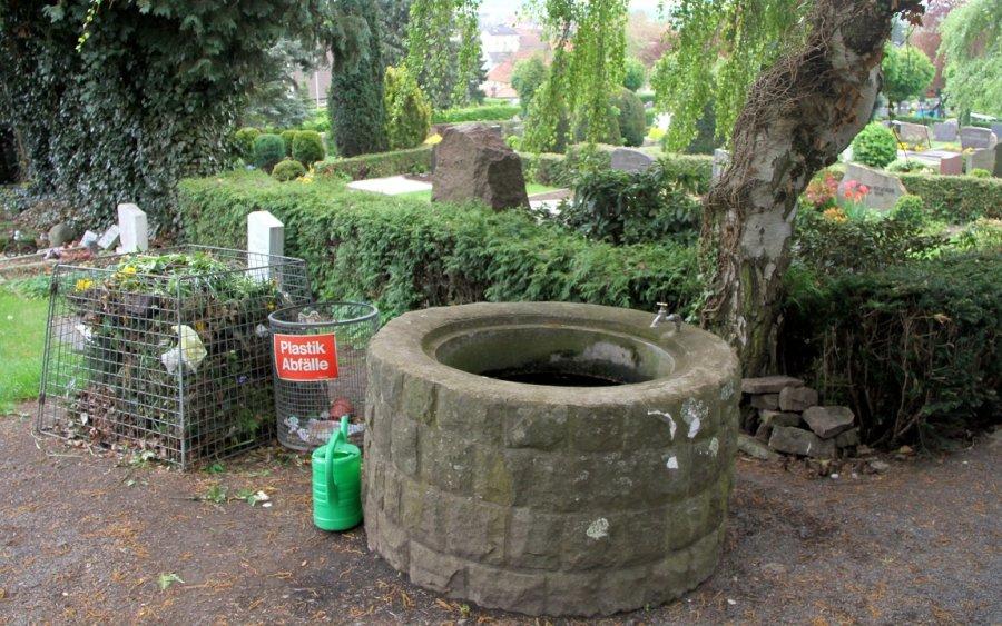 Wasserbrunnen auf Friedhof in Niedersachsen