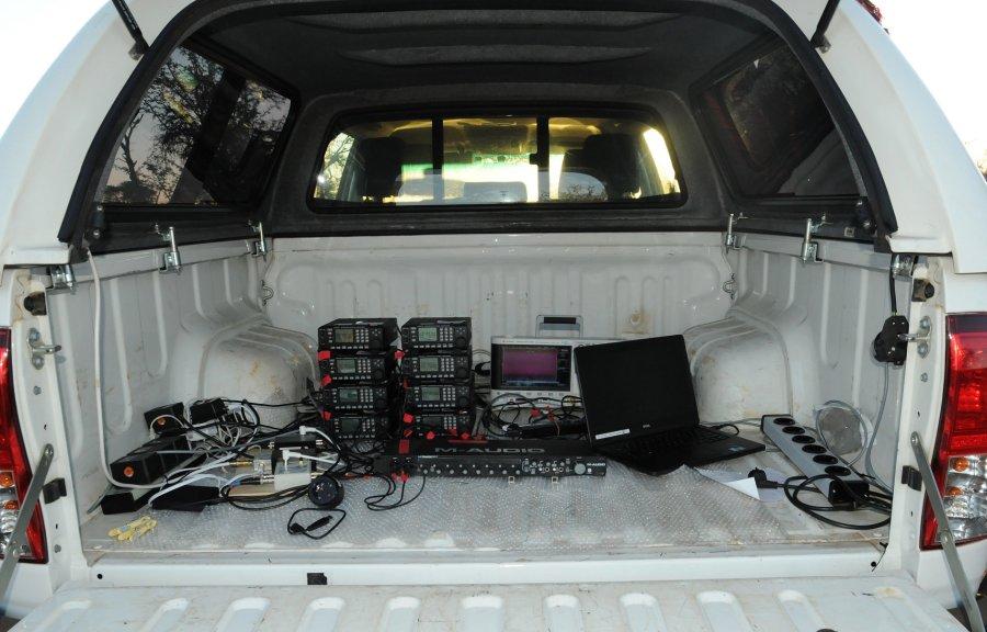Die Ausrüstung, die zu den Aufnahmen der individuellen Gesänge und neuronalen Signale benötigt wurde, steht im Heck eines Autos in ca. 30 Meter Entfernung zum Nistbaum der Mahaliweber.